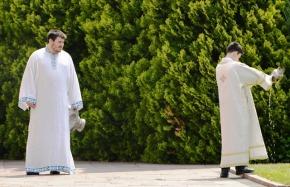 Die Serwiers woon sommer in die middel van 'n weeksdag kerk by en 'n mens sien oral priesters wat geloofsrituele uitvoer