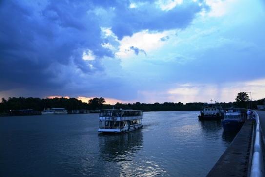 Die son sak oor die Sava-rivier