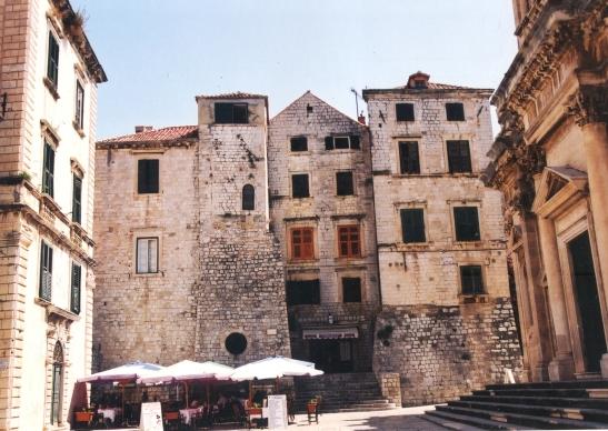 2000: Dubrovnik het 'n hele paar klein pleintjies waar 'n mens heerlik tyd kan verwyl