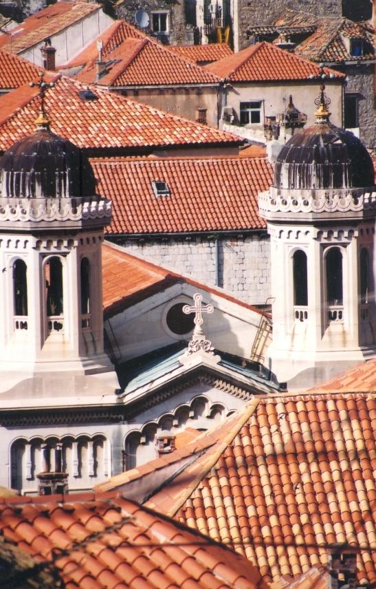 2000: Jy kan reg rondom op die stadsmure loop en afkyk na die dakke en torings van die dorp binne die mure