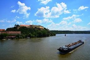 Om by die Petrovaradin Fort uit te kom, stap jy oor 'n brug oor die Donau-rivier