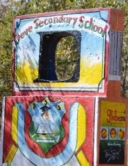 Op die Binga-pad is talle skole met netjiese skoolgronde en geverfde ingange