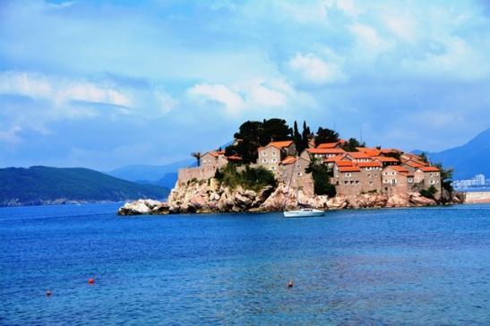 Sveti Stefan bestaan uit twee dele - die eiland met 'n luukse hotel en die heuwelagtige vasteland
