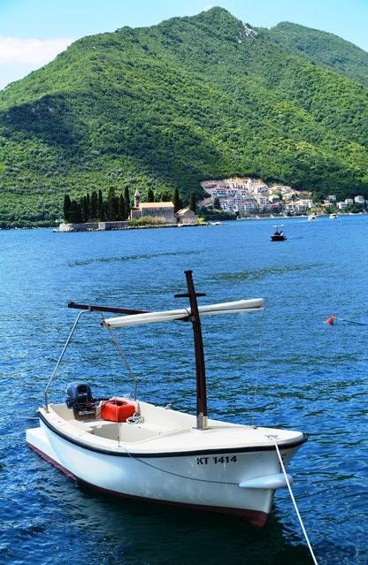 Vaar saam met een van die vissermanne in sy bootjie na die eilande by Perast