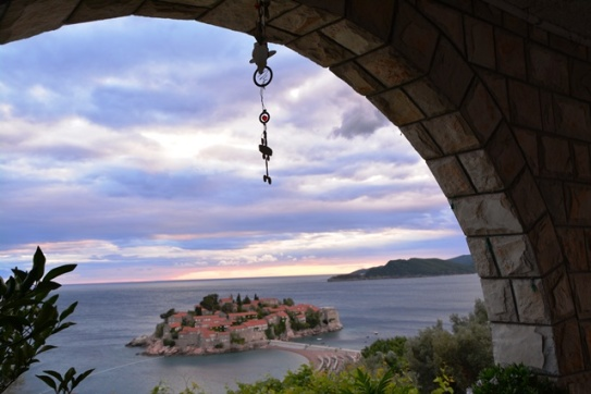 Vanaf jou kamerbalkon by Vila Drago kyk jy op die eiland van Sveti Stefan af