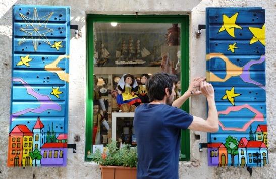 Winkelhortjies in Kotor kry 'n nuwe laag verf om gereed te maak vir die nuwe seisoen