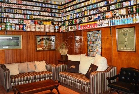 Blikkies net waar jy kyk in die Blikkies Bar by die Carnavon Hotel