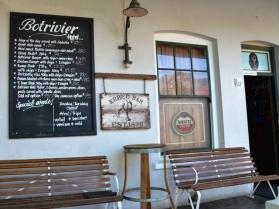 By Botrivier Hotel kan jy op die kroegstoep of binne tussen rye en rye dasse sit