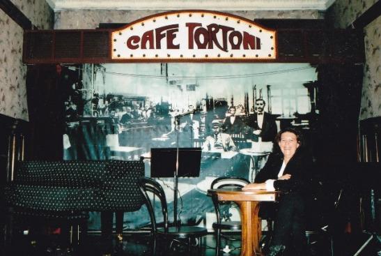 Cafe Tortoni het hul eie klein teatertjie waar jazz- en tangovertonings gehou word