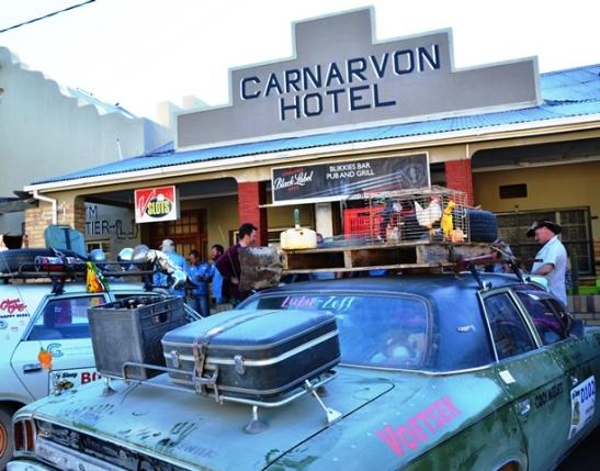 Deelnemers aan die Bull Run stop vir verversings by die Blikkies Bar by Carnarvon Hotel