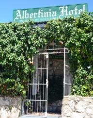 Die Albertinia Hotel is al vir dekades vir hul kos bekend, maar die kroeg bied ook knus kuiers saam met die dorpenaars