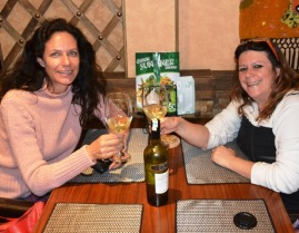 Ek en Vanessa is verheug om 'n goeie bottel wyn, eerder as wodka of pruimwyn op die Trans-Siberiese trein, raak te loop