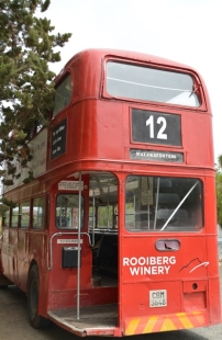 Die Lord Milner Hotel in Matjiesfontein het sy eie rooi bus wat dag en nag voor die hotel geparkeer staan