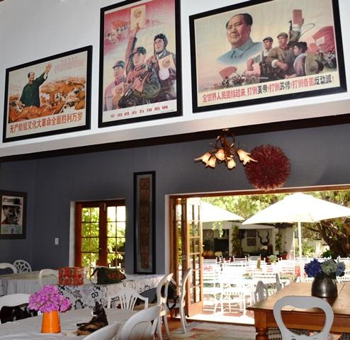 Eklektiese dekor by Red Tin Roof sorg vir interessante besprekings aan die tafel