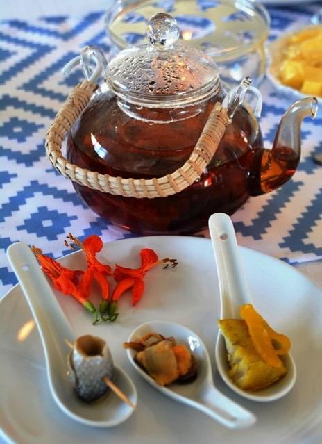 Gegeurde rooibostee saam met vis- en seekos van die Weskus verower nuwe harte aan tafel
