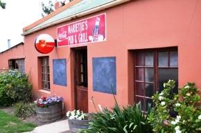 Marietjie's Pub & Grill is in die Hoofstraat - amper die enigste straat - van Baardskeerdersbos