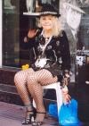 'n Voormalige tango-danseres en haar Kewpie-pop sit Sondae buite Bar Plaza Dorrego, maar sy tree nie meer op nie