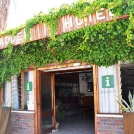 Pofadder Hotel is slaggereed vir die aankoms van onverwagte gaste