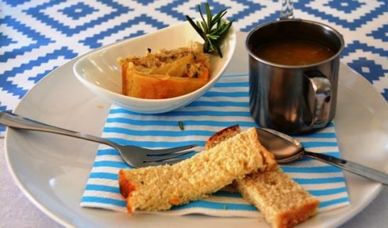 Wildeknoffelsop en 'n snoekdeegrolletjie is saam met rooibostee met chai-speserye voorgesit