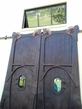 Die appelskuur waar Elgin se spoorwegmark gehou word, is liefdevol en met baie navorsing gerestoureer soos die imposante deure getuig