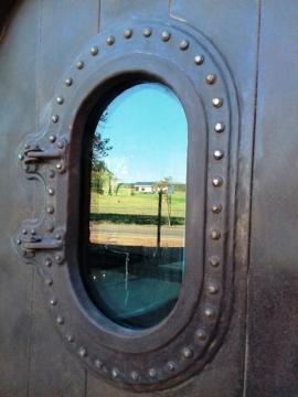 Die deure van Elgin se spoorwegmark weerkaats 'n plaastoneel aan die oorkant