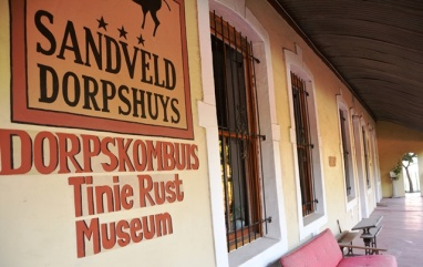 Sandveld Dorpshuys het 'n koffiewinkel, Dorpskombuis, en die Tinie Rust Museum