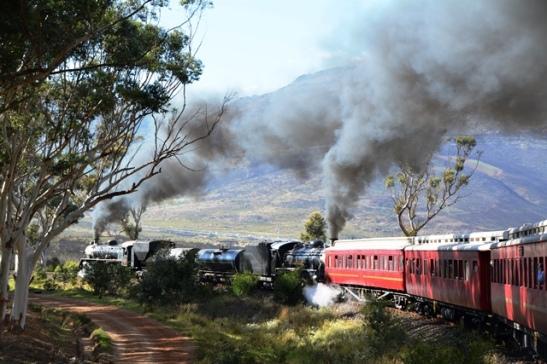 Soos wat die trein nader aan Sir Lowryspas kom is daar genoeg draaie sodat almal 'n goeie blik op die twee staatmaker-lokomotiewe kan kry