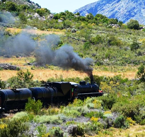 Soos wat die trein ry, hang baie mense by die vensters uit om te sien hoe die lokomotief stoom uitblaas