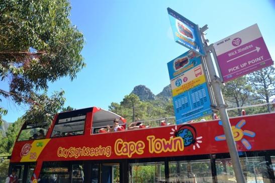 City Sightseeing Cape Town se rooi bus ry op verskillende roetes insluitende 'n wynroete in die Constantia-omgewing