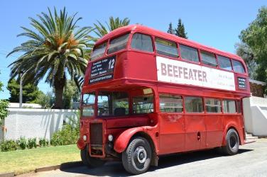 Die Beefeater-bus in Matjiesfontein ry bitter klein entjies op 'n slag, maar staan altyd slaggereed