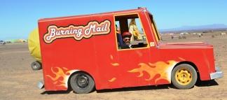 Die Burning Van van Burning Mail sorg dat jou poskaarte na afloop van Afrikaburn by die poskantoor gepos word sodat jou vriende in jou pret kan deel