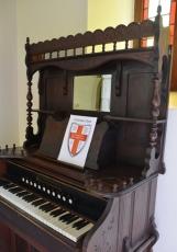 Die dak, klavier en preekstoel is van hout in die Klein Kerk van St George Anglikaanse Kerk