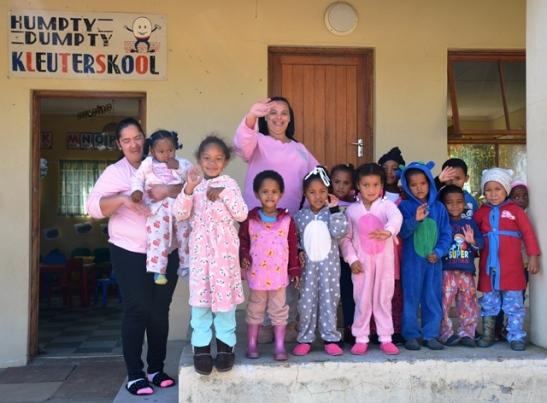 Die juffrouens en die kleintjies van die Humpty Dumpty Kleuterskool hou pajamaparty