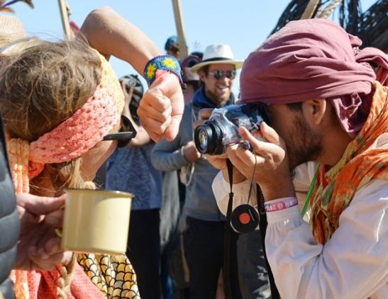 Die okselfotograaf het honderde oksels by Afrikaburn 2016 afgeneem en na afloop van die fees die foto's op 'n spesiale webwerf geplaas