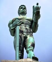 Die Oorwinnaar-standbeeld word druk besoek deur toeriste aan Belgrado