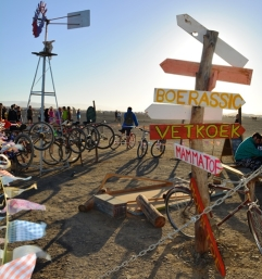 Dis nie net Afrikaners wat tuis by die Boerassic Park-kamp gevoel het nie