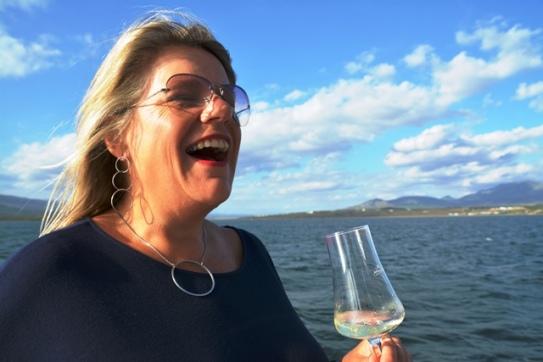 Frieda Lloyd van Hermanus Toerisme geniet 'n vaart op die Lady Bonnie wat vanaf Benguela Cove se kaai vertrek