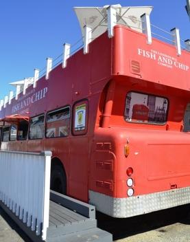 'n Londense rooi bus wat vis-en-tjips in Mosselbaai voorsit
