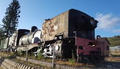 'n Verwaarloosde lokomotief as gedenkteken op Joubertina se ou stasie