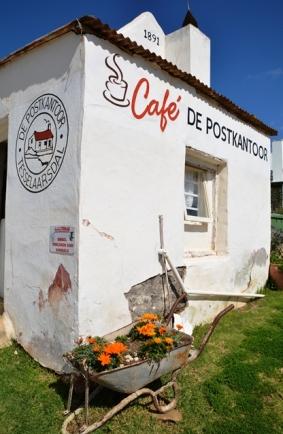 Ontspan op die Cafe de Postkantoor se stoep in Tesselaarsdal; jy sal nie spyt wees nie