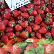 Op die vrugte-en-groentemark in Belgrado word vars produkte tussen onderklere en tafeldoeke verkoop
