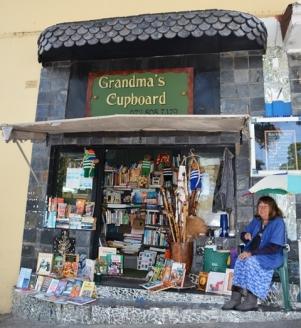 Op herdenkingsplein in Knysna kan 'n mens Grandma's Cupboard maklik miskyk, maar dit sal 'n groot reisflater wees