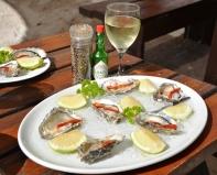 Sit met jou voete in die sand en smul aan oesters by Freshline Fisheries