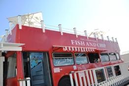 Soms staan die rye mense wat wag om by The London Bus Fish and Chip Company in Mosselbaai te eet, tot amper by die hawe