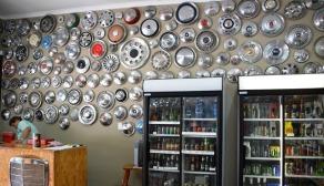 Verkyk jou aan die wieldoppe teen die muur van Winery@R62 en koop billike wyn