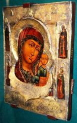 Beslaande silwer omraam Moeder Maria se gesig by die ikoonmuseum by die Saviour Monastery of St Euthymius in Suzdal buite Moskou