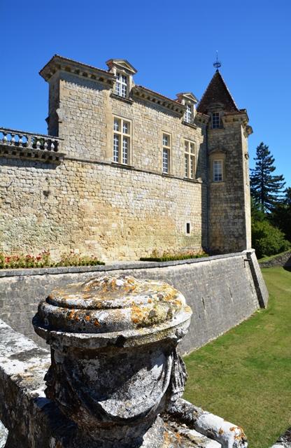 Chateau Royal de Cazeneuve het 'n kasteelmuseum, wynwinkel, ondergrondse kelder en bied Sauternes-pasmaatetes aan