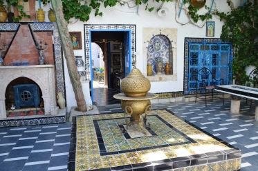 Die binnehof van Dar el-Annabi Museum wat 'n ou herehuis of paleis se lewenstyl uitbeeld