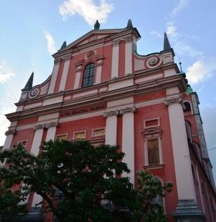 Die Franciskaanse Kerk van die Menswording is een van twee prominente pienk geskiedkundige geboue