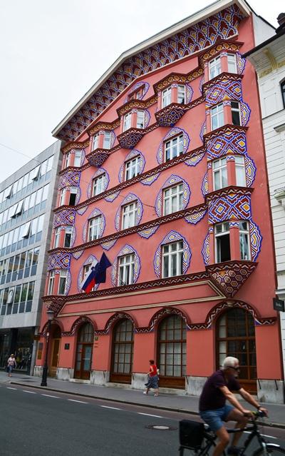 Die voormalige Kooperatiewe Sakebank word algemeen as die mooiste gebou in die stad van Ljubljana beskou